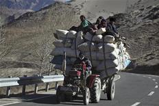 <p>Tibetani in viaggio da Shigatse a Tsedang. REUTERS/Nir Elias (CHINA SOCIETY)</p>