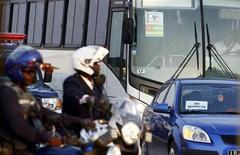 <p>Polizia scorta il pullman della delegazione del Togo mentre lascia il villaggio olimpico a Cabinda. REUTERS/Amr Abdallah Dalsh</p>