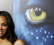 """<p>Zoe Saldana posa na premiere de """"Avatar"""", na Califórnia. """"Avatar"""" foi o campeão de bilheterias na América do Norte pelo quarto fim de semana consecutivo neste domingo, dias depois de ser lançado para o topo dos ranking mundiais para se tornar o segundo filme mais importante de todos os tempos.16/12/2009.REUTERS/Mario Anzuoni</p>"""