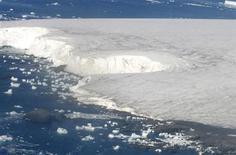 <p>Foto de archivo de trozos de hielo del glaciar Buenos Aires en la península antártica, mar 9 2008. El agua del mar debajo de una plataforma de hielo al Este de la Antártida no muestra señales de un aumento de la temperatura, pese al temor a un deshielo vinculado al calentamiento global, lo que podría provocar un alza del nivel de los océanos, según pruebas preliminares. REUTERS/Enrique Marcarian</p>