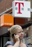 <p>France Télécom et Deutsche Telekom ont transmis aux autorités européennes le projet de fusion de leurs filiales respectives en Grande-Bretagne, Orange et T-Mobile, dont la mise en oeuvre ramènerait de cinq à quatre le nombre d'opérateurs sur le marché britannique. /Photo prise le 8 septembre 2009/REUTERS/Darren Staples</p>