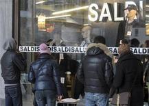 <p>Consumidores miran la vitrina de una tienda que promociona descuentos en productos, en Milán, Italia , 6 ene 2010. El sector de la moda de Italia se recuperará de la crisis económica antes que otros, pero el Gobierno necesita ayudar a las compañías para que sean más competitivas, dijo el martes el director de un grupo de la industria. La industria italiana de moda solicitó ayuda del Gobierno el año pasado cuando la crisis financiera global redujo la demanda de ropa, calzado y carteras. REUTERS/Paolo Bona</p>