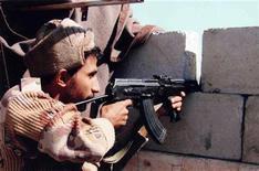 """<p>Солдат армии Йемена ведет перестрелку с боевиками в городе Саада. Лидер йеменской ячейки экстремисткой организации """"аль-Каида"""" был убит во время столкновений с местными силами безопасности, сообщило в среду государственное информационное агентство Йемена. REUTERS/Yemen Army/Handout</p>"""