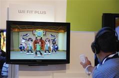<p>Homem joga Wii Fit Plus Electronic Entertainment Expo em Los Angeles. A vendas de equipamento de videogame e software nos Estados Unidos subiram 4 por cento em dezembro para a cifra recorde de 5,5 bilhões de dólares, afirmou o grupo de pesquisa NPD, com a indústria encerrando um ano difícil em ritmo de recuperação.02/06/2009.REUTERS/Phil McCarten</p>