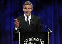 <p>O ator George Clooney aceita prêmio de melhor ator no National Board of Review Awards, em Nova York. O ator George Clooney vai apresentar um programa na MTV na próxima semana para levantar fundos para vítimas do terremoto no Haiti, disse o canal de música nesta quinta-feira.12/01/2010.REUTERS/Lucas Jackson</p>