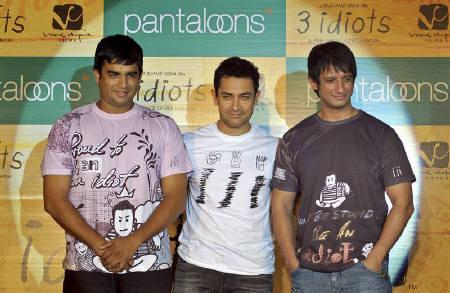 Bollywood actors Aamir Khan (C), Sharman Joshi (R) and Madhavan attend a promotional event for their forthcoming movie ''3 Idiots'' in Mumbai December 4, 2009. REUTERS/Manav Manglani/Files