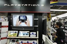 <p>Un ragazzo osserva alcuni videogiochi in un grosso negozio di elettronica. REUTERS/</p>
