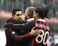 <p>I milanisti Marco Borriello (a sinistra) e Ronaldinho (a destra) e David Beckham (al centro) festeggiano la vittoria contro il Siena a San Siro. REUTERS/Stefano Rellandini</p>