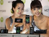 <p>Due modelle posano con il nuovo smartphone di Motorola. REUTERS/Jo Yong-Hak</p>