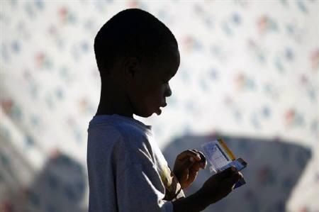 1月19日、ユニセフはハイチの大地震で身寄りを失った子どもたちや孤児について、国際養子縁組は最後の手段であるべきとの立場を表明。写真は16日、被災地の仮設テント内を歩く子ども(2010年 ロイター/Jorge Silva)