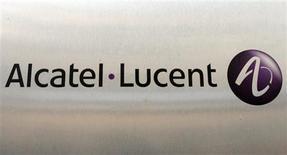 <p>Selon des analystes, Alcatel-Lucent sera probablement contraint de lever des fonds en Bourse ou d'émettre des obligations pour renflouer son bilan en 2010, après 12 trimestres consécutifs de pertes. /Photo d'archives/REUTERS/Benoît Tessier</p>
