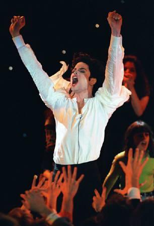 1月20日、今年の米グラミー賞授賞式で故マイケル・ジャクソンの「アースソング」の3D映像が放映されることが明らかに。写真は1996年にモンテカルロで同曲を歌うジャクソン(2010年 ロイター/Eric Gaillard)