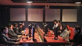 <p>Dans un café internet, à Shanghai. En engageant un bras de fer avec les censeurs de l'internet en Chine, Google cherche également à compter ses soutiens parmi une jeune génération branchée et connectée, mais tiraillée entre atriotisme et soif de liberté. /Photo prise le 13 janvier 2010/REUTERS/Nir Elias</p>