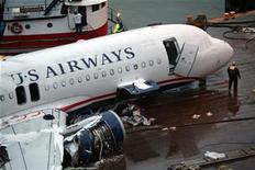 <p>Foto de archivo del vuelo 1249 de U.S. Airways que se estrelló en el río Hudson en Nueva York durante una revisión, ene 18 2009. Un avión de pasajeros de U.S. Airways que el año pasado hizo un espectacular amerizaje en el río Hudson de Nueva York está a la venta en una subasta en internet, un año después del incidente. REUTERS/Patrick Andrade</p>