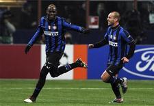 <p>i calciatori dell'Inter Marco Ballotelli (a sinistra) assieme al compagno di squadra Wesley Sneijder. REUTERS/Alessandro Bianchi</p>
