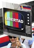 <p>Foto de archivo de una manifestante durante una protesta a favor de Radio Caracas Televisión (RCTV) en Caracas, mayo 25 2008. Venezuela exigió el martes a Francia que rectifique unas declaraciones en las que criticó la decisión del Gobierno del presidente Hugo Chávez de suspender de la televisión por cable al canal opositor RCTV, que ha generado protestas dentro y fuera del país. REUTERS/Susana Gonzalez (VENEZUELA)</p>