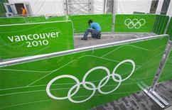 <p>Рабочий устанавливает логотип Олимпийских игр в Ванкувере 26 января 2010 года. Власти США совместно с канадскими спецслужбами работают над обеспечением безопасности на зимней Олимпиаде, стартующей в феврале в Ванкувере, однако никаких серьезных угроз пока что обнаружено не было, сообщила министр национальной безопасности США Джанет Наполитано. REUTERS/Andy Clark</p>
