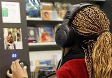 """<p>La música realmente hace girar al mundo y los aficionados de este popular pasatiempo están dispuestos a pagar para poder disfrutar de sus canciones preferidas de manera legal, según un sondeo global. La encuesta """"Music Matters"""", realizada entre 8.000 adultos en 13 países por la firma de investigación Synovate, mostró que un 63 por ciento de los participantes del sondeo se autocalificó como admirador de la música, una escala liderada por brasileños y con los australianos en el otro extremo. REUTERS/Eric Gaillard/Archivo</p>"""