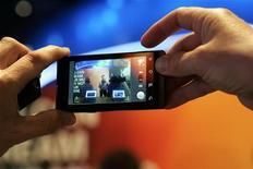 <p>Un utente fa una foto con uno smartphone. REUTERS/Steve Marcus</p>