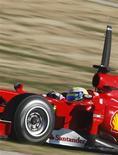 <p>O piloto brasileiro Felipe Massa em seu carro da Ferrari durante um treino na pista de Cheste, perto da cidade espanhola de Valência, 1o de fevereiro de 2010. REUTERS/Dani Cardona</p>