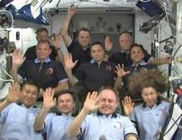 <p>24 marzo 2009. Equipaggio della Stazione spaziale internazionale saluta dopo aver parlato con il presidente Barack Obama.REUTERS/NASA TV</p>