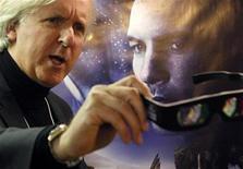 """<p>El director de cine James Cameron posa frente de un afiche de su filme """"Avatar"""" en Davos, 28 ene 2010. """"Avatar"""", ahora la película más exitosa de todos los tiempos, extendió su liderazgo en la taquilla británica durante el fin de semana luego de recaudar otras 4,8 millones de libras esterlinas, dijo el martes Screen International. El espectacular filme en tres dimensiones ha reunido hasta ahora 65 millones de libras durante sus siete semanas de exhibición en Gran Bretaña, ocupando el primer lugar por seis semanas. REUTERS/Christian Hartmann</p>"""