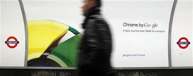 <p>Dans le métro londonien. Google a lancé en Europe une campagne de publicité sur des supports physiques pour promouvoir son navigateur internet Chrome, alors que les autorités européennes de régulation ont obtenu de faciliter aux usagers le choix de leur logiciel. /Photo prise le 25 janvier 2010/REUTERS/Luke MacGregor</p>