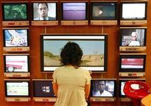 <p>Le passage à la télévision 100% numérique s'est déroulé mardi sans accroc majeur en Alsace, première région française à expérimenter la fin de la diffusion analogique. /Photo d'archives/REUTERS/Eric Gaillard</p>