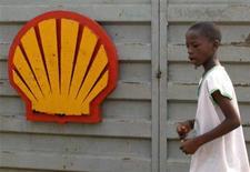 <p>Нигерийский школьник проходит мимо логотипа Shell вблизи города Варри 17 января 2006 года. Нигерийский нефтепровод, принадлежащий Royal Dutch Shell, был поврежден в результате взрыва, а не попытки врезаться в него с целью кражи нефти, заявила крупнейшая вооруженная группировка Нигерии Движение за освобождение дельты Нигера (MEND), пообещав вновь атаковать нефтепровод и другие нефтяные объекты в ближайшие недели. REUTERS/George Esiri</p>