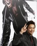 """<p>Ator Rain comparece à estreia do filme """"Ninja Assassino"""" no teatro chinês Grauman's em Hollywood. O filme estreia em circuito nacional nesta semana. REUTERS/Mario Anzuoni 19/11/2009</p>"""
