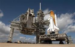 <p>El transbordador espacial Endeavour es preparado para el lanzamiento, 6 feb 2010. El transbordador espacial de la NASA Endeavour será lanzado el domingo en una de sus últimas misiones, y el director de la agencia dijo el sábado que los días de las grandes iniciativas solitarias de Estados Unidos en el espacio se habían acabado. REUTERS/Bill Ingalls/NASA</p>
