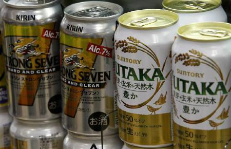 2月8日、キリンとサントリーの統合交渉が決裂。写真は昨年7月、両社のビール(2010年 ロイター/Kim Kyung-Hoon)