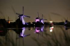 <p>Os moinhos de vento de Kinderdijk, na Holanda, contam com iluminação LED. REUTERS/Jerry Lampen/Files</p>