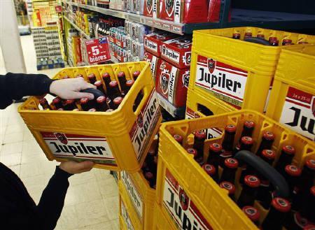 2月8日、調査によると、世界の4大ビールメーカーが世界のビール市場シェアの半分以上を占めていることが明らかに。写真は1月、ベルギーのスーパーマーケットで(2010年 ロイター/Thierry Roge)