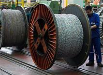 <p>Le premier fabricant mondial de câbles, Nexans, qui a divisé sa dette par quatre en 2009, se dit prêt à des acquisitions, en particulier hors d'Europe et dans les infrastructures d'énergie, son coeur de métier. /Photo d'archives/REUTERS</p>