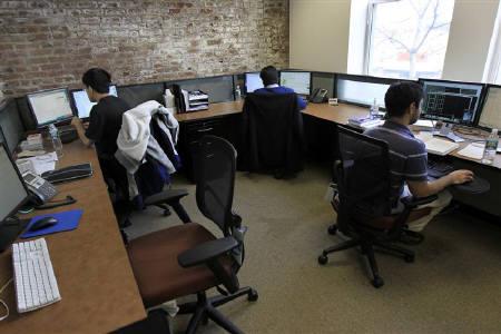 2月10日、英調査によると、職場でのイライラの原因のトップは「気難しかったり不機嫌だったりする同僚」だった。写真は昨年11月、あるオフィスで/Mike Segar)
