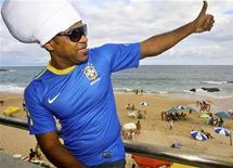 <p>Carlinhos Brown acena para o público durante apresentação, em Salvador, da camiseta da seleção brasileira para a Copa do Mundo 2010 da África do Sul. REUTER/Thiago Teixeira</p>