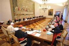 <p>Papa Benedetto XVI oggi in Vaticano con i vescovi irlandesi. REUTERS/Osservatore Romano (VATICAN - Tags: RELIGION CRIME LAW)</p>