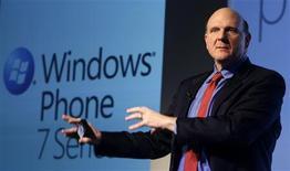 <p>Le directeur général de Microsoft, Steve Ballmer, lors de la présentation de Windows Phone 7 au salon mondial du mobile de Barcelone. La firme de Redmond compte sur cette nouvelle version de son système d'exploitation pour téléphones portables pour regagner du terrain dans ce secteur. /Photo prise le 15 février 2010/REUTERS/Albert Gea</p>