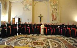 <p>Papa Benedetto XVI oggi in Vaticano con i vescovi irlandesi. REUTERS/Osservatore Romano (VATICAN - Tags: RELIGION)</p>