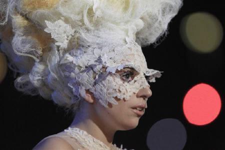 2月16日、英音楽賞ブリット・アワーズで米歌手レディー・ガガが3部門で受賞。写真はステージに立つレディー・ガガ(2010年 ロイター/Suzanne Plunkett)