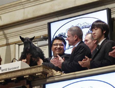 2月18日、ニューヨーク証券取引所で18日、立会開始のオープニングベルをスコティッシュ・テリアの「セイディ」が鳴らした(2010年 ロイター/Brendan McDermid)