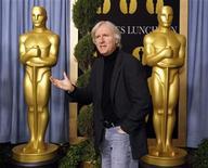 """<p>Imagen de archivo del director James Cameron, en los Premios de la Academia en Beverly Hills. feb 15 2010. Anticipándose a los Oscar, los premios BAFTA del cine británico enfrentan a la exitosa película en 3D """"Avatar"""", de James Cameron, con el drama sobre la guerra de Irak de bajo presupuesto """"The Hurt Locker"""", dirigidos respectivamente por el ex matrimonio formado por James Cameron y Kathryn Bigelow. REUTERS/Mario Anzuoni/archivo</p>"""