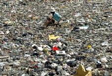 <p>Foto de archivo de un buscador de desechos en un canal repleto de desechos en Yakarta, jun 4 2003. Los desechos de productos electrónicos crecerán espectacularmente dentro de una década y la basura informática sólo en India crecerá un 500 por ciento desde los niveles del 2007 para el 2020, según un estudio de la ONU difundido el lunes. REUTERS/Supri</p>