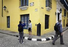 <p>Tourists take pictures in Old Havana February 17,2010. Every winter, tourists from frozen homelands in the north fill the sunny streets of Old Havana admiring its picturesque colonial buildings and centuries-old squares. To match feature CUBA-HAVANA/ REUTERS/Desmond Boylan</p>