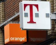 <p>Le projet de rapprochement au Royaume-Uni d'Orange et T-Mobile, filiales de France Telecom et Deutsche Telekom, a reçu un feu vert conditionnel de la Commission européenne. /Photo d'archives/REUTERS/Darren Staples</p>