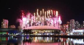 <p>Fogos explodem sobre o BC Place Stadium no final da cerimônia de encerramento dos Jogos de Inverno de Vancouver. 28/02/2010 REUTERS/Todd Korol</p>