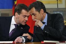 """<p>Президент РФ Дмитрий Медведев (слева) переговаривается с французским коллегой Николя Саркози перед пресс-конференцией в Елисейском дворце в Париже 1 марта 2010 года. Россия поддержит выверенные, """"умные"""" санкции в отношении Ирана, если тот не согласится пойти на уступки в своей ядерной программе, заявил президент РФ Дмитрий Медведев после переговоров с французским коллегой Николя Саркози в понедельник. REUTERS/Philippe Wojazer</p>"""
