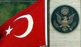 <p>Турецкий флаг рядом с эмблемой государственного департамента США, 12 июня 2003 года. Эксперты Палаты представителей США в четверг признали геноцидом массовые убийства армян оттоманскими турками в годы Первой мировой войны, что заставило Турцию отозвать посла из Вашингтона. REUTERS/Fatih Saribas</p>