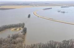 <p>An aerial view shows the rising Red River lapping at Highway 75 just north of Morris, Manitoba, April 14, 2009 file photo. REUTERS/Fred Greenslade</p>
